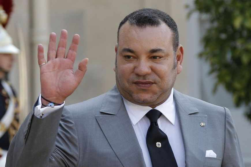 Morocco's King Mohammed VI waves after talks with France's President Francois Hollande at the Elysee Palace in Paris May 24, 2012. REUTERS/John Schults (FRANCE - Tags: POLITICS ROYALS) - RTR32KHF
