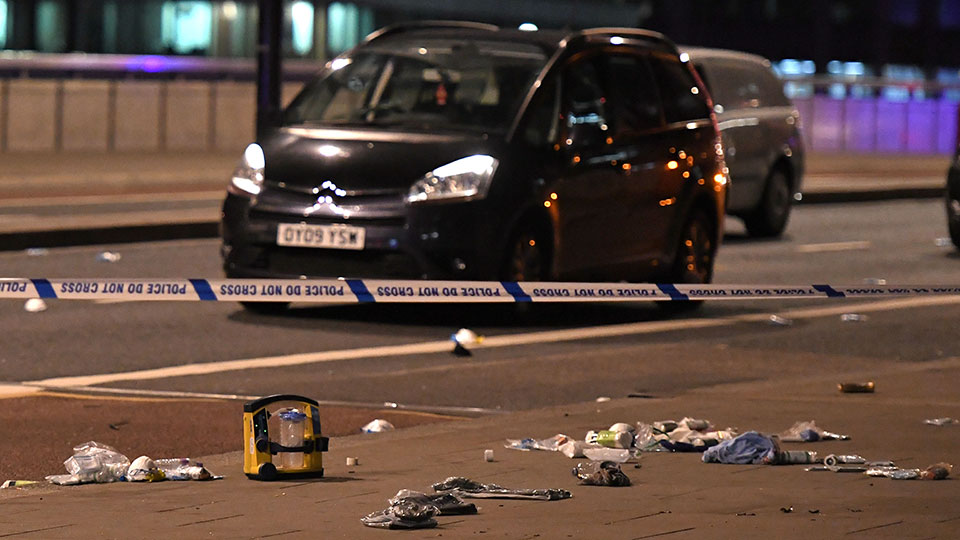 Debris and abandoned cars remain on London at the scene of an apparent terror attack on London Bridge in central London on June 3, 2017. Armed police fired shots after reports of stabbings and a van hitting pedestrians on London Bridge on Saturday in an incident reminiscent of a terror attack in March just days ahead of a general election. / AFP PHOTO / Chris J Ratcliffe