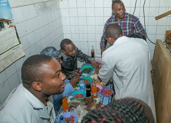 President Uhuru Kenyatta shares a meal with Nairobi Senator Mike Mbuvi (Sonko) at a road-side eatery in the capital's downtown.
